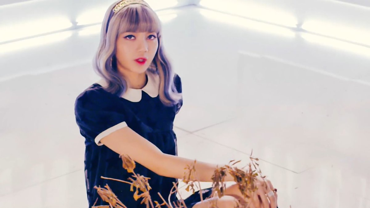 さてさて、ここではリサの個性的な髪型をご紹介したいと思います。彼女の基本的な髪色は金髪。それもプラチナゴールドに近いですね!そこに毎回ピンク、ブルーなどを
