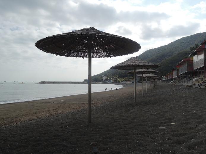 マンソンリ黒い砂のビーチ