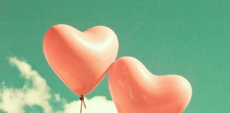 空に浮かぶピンクの風船2つ